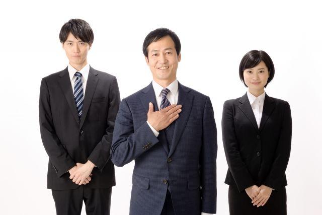 並んでいる3人のビジネスマン